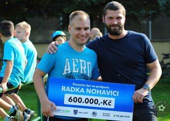 Foto č. 1- Radek Nohavica převzal šek na 600 000,- Kč